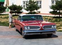 Exposition de vieilles voitures classiques américaines dans Vladivostok. Images libres de droits