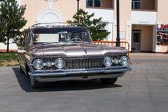 Exposition de vieilles voitures classiques américaines dans Vladivostok. Photos stock