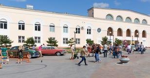 Exposition de vieilles voitures classiques américaines dans Vladivostok. Photo stock