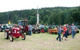 Exposition de visite de personnes de vieilles machines agricoles Image libre de droits