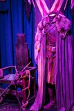 Exposition des costumes et des appui verticaux du ` The Game de film du ` de trônes dans les lieux du musée maritime de Barcelone Photographie stock libre de droits