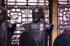 Exposition des costumes et des appui verticaux du ` The Game de film du ` de trônes dans les lieux du musée maritime de Barcelone Photo stock