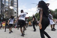Exposition des danseurs et des percussionnistes à New York City, Etats-Unis images libres de droits