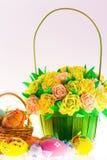 Exposition des oeufs de pâques et de la belle fleur dans le panier d'isolement sur le fond blanc Images libres de droits