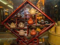 Exposition des théières chinoises d'argile image stock