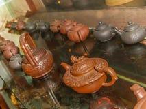 Exposition des théières chinoises d'argile photo libre de droits