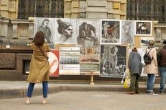 Exposition des travaux à côté de jeunes auteurs Photographie stock