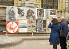 Exposition des travaux à côté de jeunes auteurs Photos stock