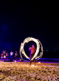 Exposition du feu d'oscillation sur la plage Photographie stock