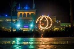 Exposition du feu de représentation de nuit devant une foule des personnes photo libre de droits