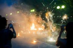 Exposition du feu en plein air dans l'obscurité Photos stock