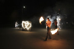 Exposition du feu la nuit pendant le mariage Photographie stock