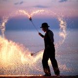 Exposition du feu sur la plage au coucher du soleil Photographie stock libre de droits