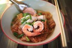 Exposition en forme de coeur de crevette des fruits de mer Tom Yum Noodle de rue photos stock