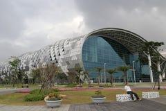 Exposition et centre de congrès de Kaohsiung avant des précipitations Photographie stock
