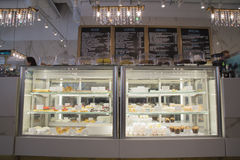 Exposition-fenêtre avec des gâteaux en café Photos stock