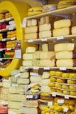 Exposition-fenêtre avec du fromage dans la boutique Photos libres de droits