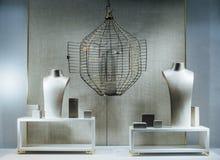 Exposition-fenêtre de magasin de bijoux avec un torse factice, une cage vide Images libres de droits