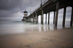 Exposition grande-angulaire de pilier de Huntington Beach longue Photographie stock libre de droits