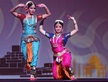 Exposition indienne de danse folklorique la nuit Photos stock
