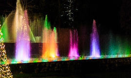 Exposition légère dans l'arrangement de jardin avec la fontaine d'eau Photo stock