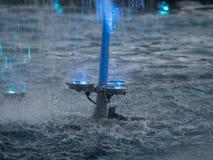 Exposition l?g?re de fontaines de place d'Unirii, Bucarest, Roumanie photographie stock libre de droits
