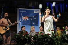 Exposition maorie de culture pendant la cérémonie de citoyenneté du Nouvelle-Zélande Photographie stock libre de droits