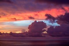 Exposition multiple des nuages colorés au coucher du soleil photo stock