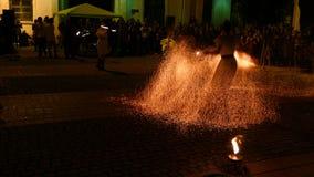 Exposition publique du feu organisée dans Timisoara, Roumanie clips vidéos