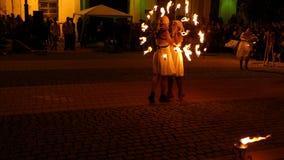 Exposition publique du feu organisée dans Timisoara, Roumanie banque de vidéos