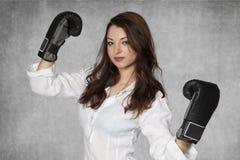 Exposition sérieuse de femme d'affaires leur force Image stock