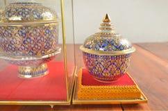 Exposition thaïlandaise de style de cinq pots de couleur sur de belles bases Image stock