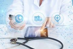 Expositions de docteur d'ambulance de bouton sur votre comprimé Photographie stock