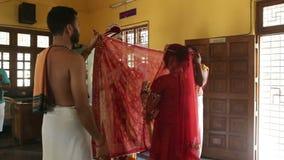 Expositions marié et jeune mariée d'appareil-photo séparés par le tissu rouge mince clips vidéos