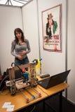 Expositor en la demostración del robot y de los fabricantes Foto de archivo