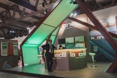 Expositores en su soporte en Solarexpo 2014 en Milán, Italia fotografía de archivo