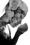 Exposured trinkendes Teedoppeltes der jungen Frau mit Blumenstrauß Lizenzfreies Stockfoto