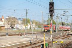 Exprès régional allemand arrive sur la station de train Photos stock