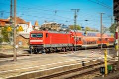 Exprès régional allemand arrive sur la station de train Image stock