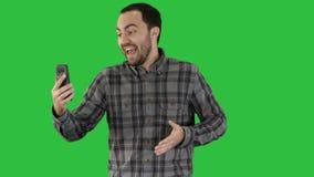 Exprecive-Gespräch am Telefon eines Mannes Videoblog, Blog, vlog auf einem grünen Schirm, Farbenreinheits-Schlüssel stock video