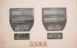 Expresando precio de combustible de la gasolina en una gasolinera suba en la India fotos de archivo