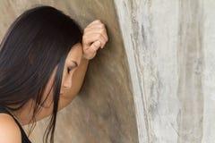 Expresión agotada o fastidiosa de la cara de la mujer con la tensión fotos de archivo