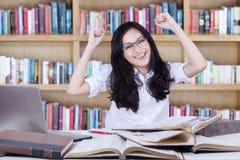 Expresión del adolescente feliz en la biblioteca Fotografía de archivo