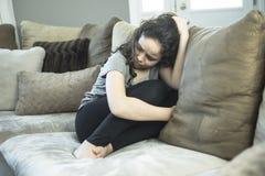 Expresión del adolescente femenino solo en casa Imagen de archivo libre de regalías