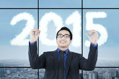 Expresión del empresario feliz con los números 2015 Fotografía de archivo libre de regalías