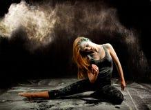 Expresión del polvo de la danza de Contemporay Foto de archivo libre de regalías