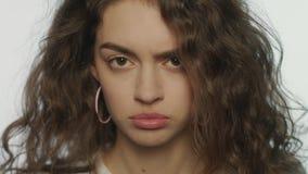 Expresión enojada de la cara de la mujer Cara modelo trastornada Expresión triste de la cara de la muchacha almacen de video