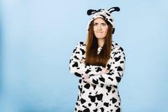 Expresión enojada de la historieta de los pijamas de la mujer que lleva Imagen de archivo