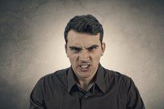 Expresión enojada del hombre joven fotos de archivo