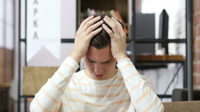 Expresión facial de la emoción negativa Concepto de la depresión y de la crisis almacen de video